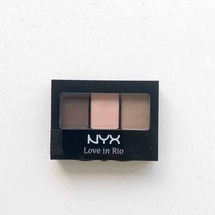 Ögonskuggspalette från märket NYX i superfina färger som passar en vardagssminkning, oanvänd med tejpen kvar, dvs oöppnad. Köpt för 95 kr.