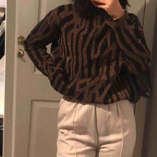 Riktigt fin tröja från Loul i storlek s, diskret glittrig i ett mörkbrunt mönster. Sparsamt använd