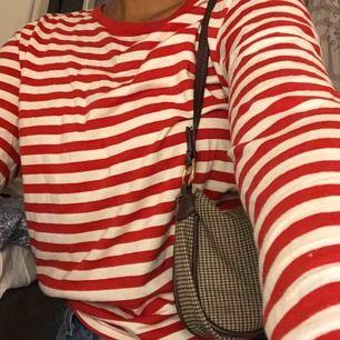 Säljer den här fina tröjan från Monik. Den passar XS-M och är i bra skick. Hör av er för mer info❤️ frakt- 59kr! Många är intresserade av att köpa så det pågår en budgivning, budet nu ligger på 90kr, avslutas 18/1 15:00