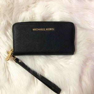Äkta Michael Kors plånbok i perfekt skick, utan repor eller skador. Köpt för 1400 kr och använt vid ett tillfälle endast. Fler bilder kan skickas som så önskas.