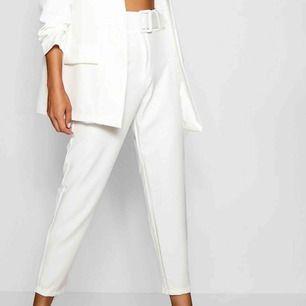 Vita byxor med tillhörande skärp, säljer då de är för små för mig.