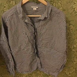 Fin randig skjorta/ blus från monki. Den är vid och har en slits i sidan. Storlek M