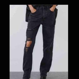 INTRESSEKOLL på dessa svarta jeans från zara. Köpte fel storlek, så dem är aldrig använda därav nyskick! Dem är raka nertill & lägger sig snyggt vid skokanten. Jätte bra längd. Skriv för fler bilder. (Köparen står för frakt)