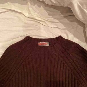 Prada tröja stolek L men sitter som XS/S. Prada märket längst ner på tröjan sitter lite löst men går att fixa där av priset:)