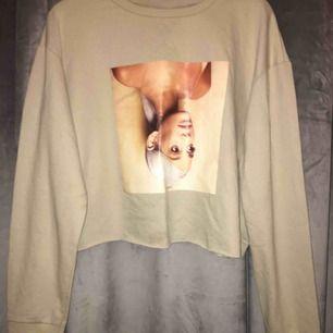 Beige Ariana Grade cropped-sweatshirt. Frakt 60kr. Köpt för 150. Använd ca 3ggr.