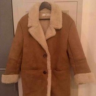Supermysig och snygg 70-tals jacka från Zara. Köpte den för 1200kr har använt ca 2 gånger, alltså så gott som ny. Imitationsmocka. Stlk XS i jacka men den är stor i storleken, funkar även för en S.   Frakt tillkommer om den behöver postas.