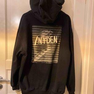 Såå snygg oversized hoodie från NYDEN,  Den är som ny och faller snyggt på kroppen Både tjejer och killar kan ha den Väldigt populär och den är slutsåld 💕⚡️💓✨
