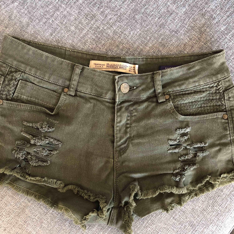 🌿Shorts från Zara 🎋 Storlek 36 Bra skick 49 kr 📬Kan skickas mot fraktkostnad . Shorts.