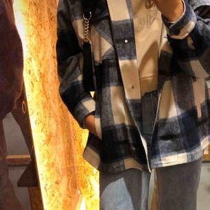 Säljer min superfina jacka från Zara. Köpt strax efter nyår o knappt använd. Säljer pga inte riktigt min stil :). Frakt tillkommer på ca 80kr. Vill du ha spårbar kostar de extra