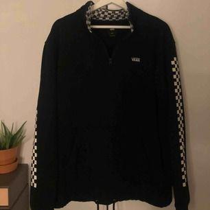 Säljer min vans tröja i stl L. Är själv en Xs/S och pga snören i tröjans nederkant går den o knyta ihop o dra upp så den endast framstår som oversized. Köpt för 900 på streetlab i malmö.
