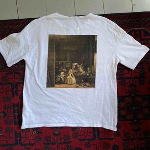 Fin T-shirt med coola tryck! Rätt så stor i modellen.Frakt tillkommer på 40kr!