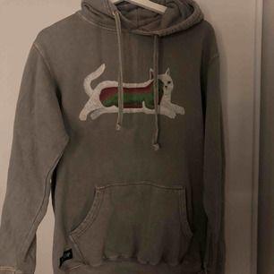 Säljer min sjukt coola Rip n Dip transnerm hoodie, givetvis äkta. Köpt i en skate butik i milano för ca 100€. Rätt så tight passform.
