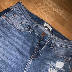 Helt oanvända jeans från riversisland,  stl. 36  riving längst ner på benen samt cool detalj i bak.  suuuperfina men dock försmå för mig.