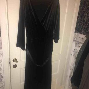 Säljer denna klänning använd 1 gång så i nyskick !
