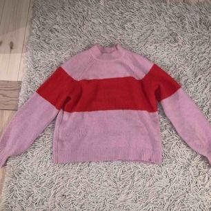 Supersnygg tröja köpt förra året! Får inte plats i garderoben, varav det billiga priset. Mängdrabatt vid köp av flera av mina kläder.