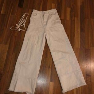 Raka/vida jeans från weekday, sparsamt använda men behövs strykas!! De passar på mig som är 156 men de har inte rätt passform som de ska va i. Så de sitter snyggare om man är längre. Nypris: 600kr