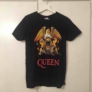 —QUEEN—t shirt, fraktar för 22kr om du inte kan mötas upp i Stockholm:)