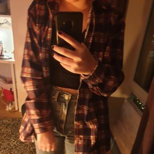 Jätte fin flanell skjorta!! I bra skick💞💞 jag är normalt xs (160cm) den är lite stor på mig men annars SUPER fin💞 kan mötas upp i sthlm!