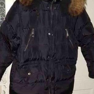 Säljer denna fina varma jacka i nyskick !