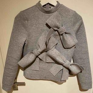 Älskar denna tröja med den är för liten för mig. Väcker garanterat uppmärksamhet. I tjockare material (tänk dykardräkt) med stora rosetter som härlig och rolig detalj. Märke Lost Ink