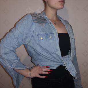 Jeansskjorta i vintagestil 🌸   Kolla in min sida för mer, samfraktar gärna ♥️