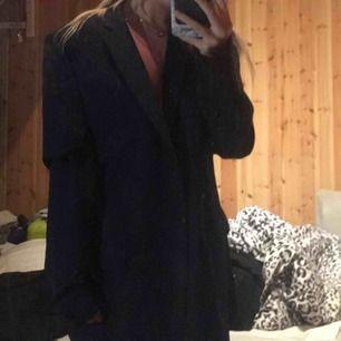 Kavaj/blazer från dressman. Jag har använt den som en oversized kavaj och är i vanliga fall en xs.
