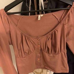 En väldigt söt tröja från Nelly som är i väldigt bra skick, säljer på grund av att storleken var för liten❤️ Tröjan har en fin urringning  och är bara för söt Opps: ingen knapp saknas glömde bara att knäppa en knapp🥰 Frakt ingår ej!!