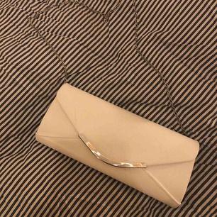 """En fin vit kuvertväska med en kedja så man även """"kan slippa hålla i den"""". Rymmer mer än man tror och helt perfekt vid student/bal. Den är använd 1 gång. Jag fraktar (köparen står för frakt) eller möts upp i Linköping 💘💘"""