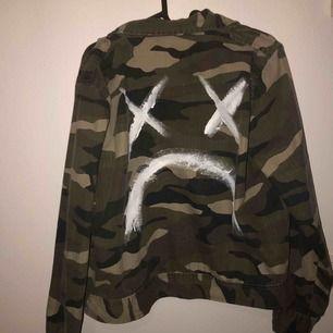INTRESSEKOLL!! Tunnare skjortjacka från Gina som jag målat på där bak. Storlek 42 men sitter mer som en S/M.