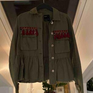 Snygg militärgrön jacka från Bershka. Köpt för 2 år sen men sparsamt använd, inga fläckar eller liknande!! Säljes pga att jag inte använder den länge.   Köparen står för frakten💕