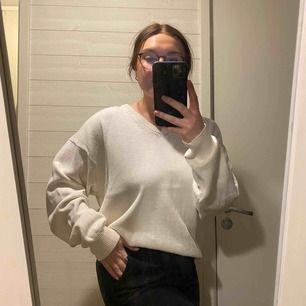 Vintage tröja i super fint skick! Jag har vanligtvis M i överdelar och denna sitter härligt oversize på mig men passar både större och mindre beroende på hur man vill den ska sitta. Frakt ingår i priset!