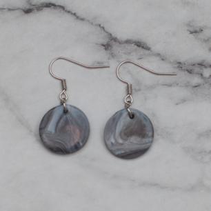 Fina silverfärgade örhängen med ett hänge i lera. Nickelfria. Fri frakt vid köp över 100:-.