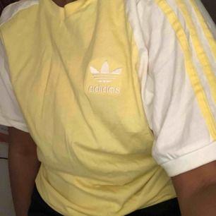 Adidas T-shirt i en så fin gul färg💛 passar XS-L. Många är intresserade så det pågår en budgivning, budet ligger på 115kr just nu, avslutas ikväll (20e) 19:00