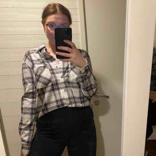 Aldrig använd! Skjorta i storlek 42 men passar mig med M lite oversize! Snygg både till personer med större och mindre kroppar! Super skönt och mjukt material! Frakt ingår i priset.