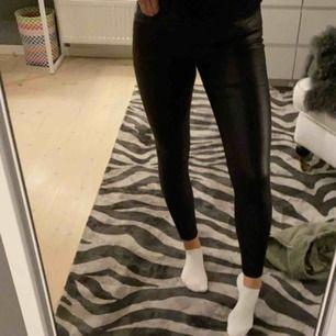 Fake skinnbyxor i svart från Vero Moda. Köpta för 400 kr och säljes pga att jag inte använder dem längre!! Bra skick.   Köparen står för frakten💕