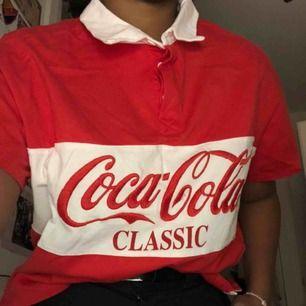 En Coca-Cola tröja från Bershka som är ganska kort❤️ hör av er för mer info