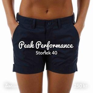 Jätte sköna kostymshorts från Peak Performance! ❤️ De är knappt använda marinblå shorts med bekväm passform! Den är tyvärr förstor för mig men älskade den! 😍😍
