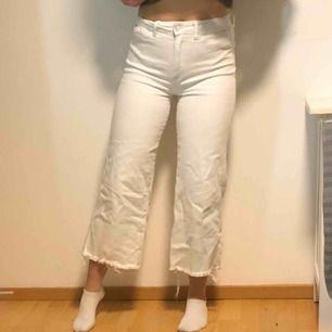 Snygga, vita och sköna jeans från hm! Sparsamt använda (köpta i december) säljer pga lite för stora och inte kommit till användning!! Köpta för cirka 450kr 💓💕❤️möts i Sthlm eller fraktar! Skriv så skickar jag fler bilder