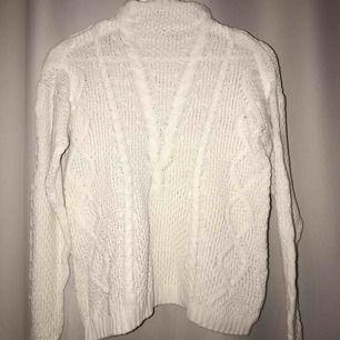 En fin stickad tröja ifrån Cubus, Den är i begagnat sick. Super fin till ett par blå jeans