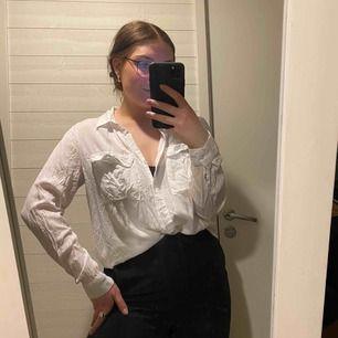 Super skön och mjuk skjorta, använd få tal gånger - väldigt fint skick!! Skrynklig pga legat nedpackad. Frakt ingår i priset