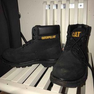 Svarta Caterpillar skor i bra skick, använd endast en gång. Storlek 41, passar både kvinnor och men. Pris kan diskuteras:)
