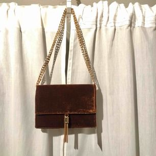 Väska från Gina Tricot i sammet, aldrig använd, prislapp kvar! Kan göras lång eller kort. Frakt tillkommer! Nypris 249kr.