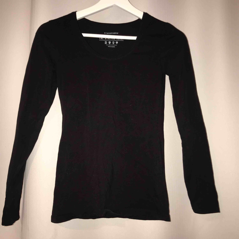 En simpel svart tröja! Ett bra basplagg i garderoben, helt oanvänd . Huvtröjor & Träningströjor.