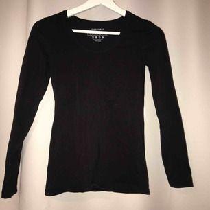 En simpel svart tröja! Ett bra basplagg i garderoben, helt oanvänd