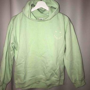 En hoodie ifrån zara kids men passar mig som är en xs i vanliga fall! En fin lysande gröna färg!