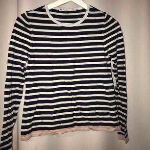 Simpel randig tröja, använd Max 10 gånger, super snyggt under en hoodie!