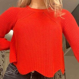 Fin knappt använd röd stickad tröja från New Look, köpt i London. Jättefint skick! 80kr + frakt 💖 (färgen på röjan är som bild 2, klarröd)