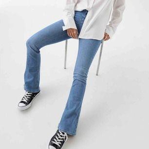 Bootcut jeans från Gina Tricot, aldrig använda. Strl M men passar även en S! Frakt tillkommer🥰