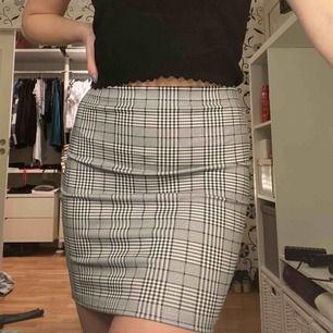 Fin rutig tight kjol i bra kvalitet från SHEIN, använd ett fåtal gånger. 50kr + frakt 36kr 💓
