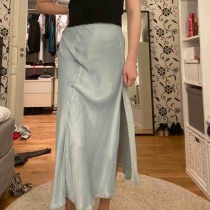 Fin silkeskjol från ZARA med slits som tyvärr är lite för stor för mig i midjan. Aldrig använd förutom när bilderna togs. 50kr + frakt 36kr 💖